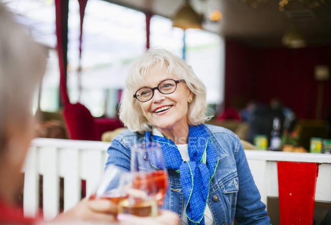 Женщины постарше улыбаются и тостуют — стоковое фото