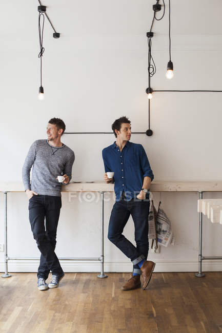 Друзей-мужчин в кафе — стоковое фото