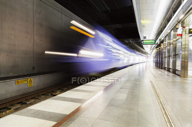 Train arriving at platform — Stock Photo