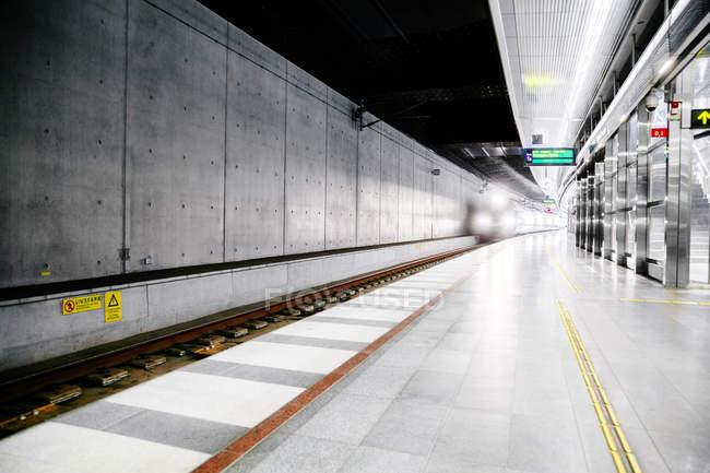 Поезд прибывает на платформу — стоковое фото
