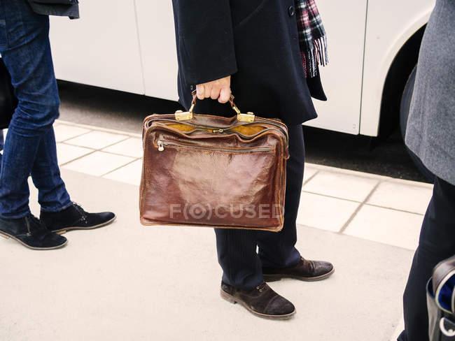 Бизнесмен, стоящий в очереди — стоковое фото