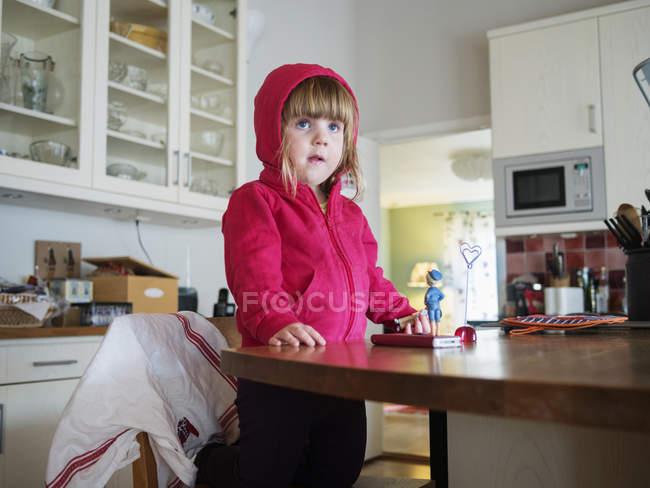Neugierige Mädchen in Küche — Stockfoto