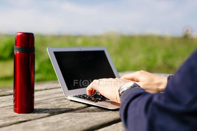 Homem usando laptop na mesa — Fotografia de Stock