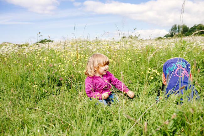 Girls playing on grassy field — Stock Photo
