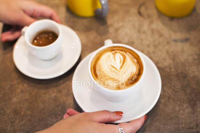Женщина с двумя чашками — стоковое фото
