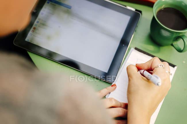 Женщина, писать на блокнот — стоковое фото