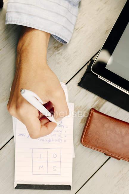 Людина написання замітки в Блокноті — стокове фото