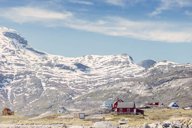 Rural houses on snowcapped mountains — Stock Photo