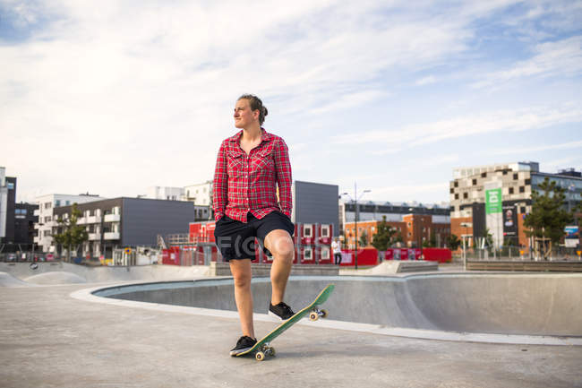 Woman balancing on skateboard — Stock Photo