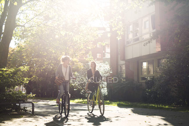 Mujer riding bicis on street - foto de stock