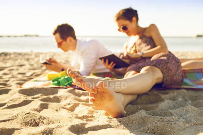 Homme et femme à la plage — Photo de stock
