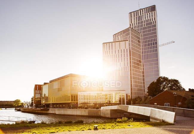 Солнечный свет над современным зданием — стоковое фото