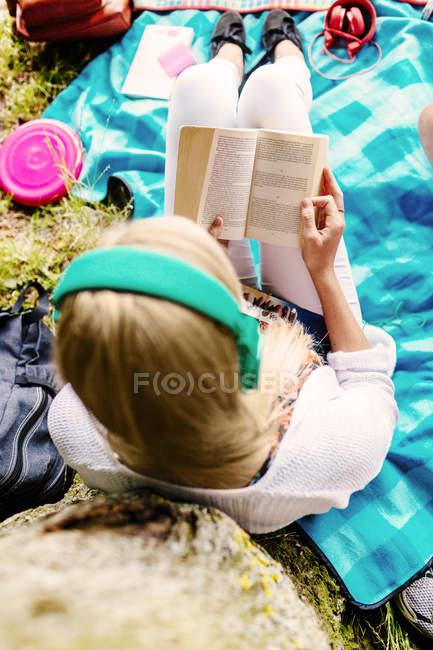 Livre de lecture étudiant féminin — Photo de stock