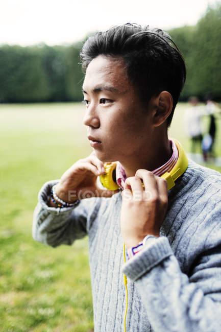 Giovane uomo con le cuffie — Foto stock