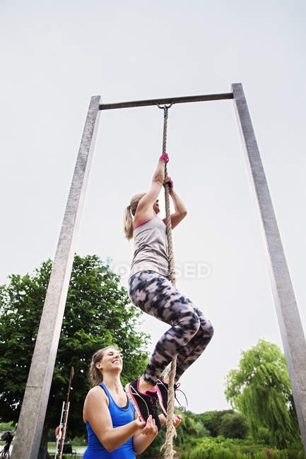 Fit Woman Klettertau — Stockfoto