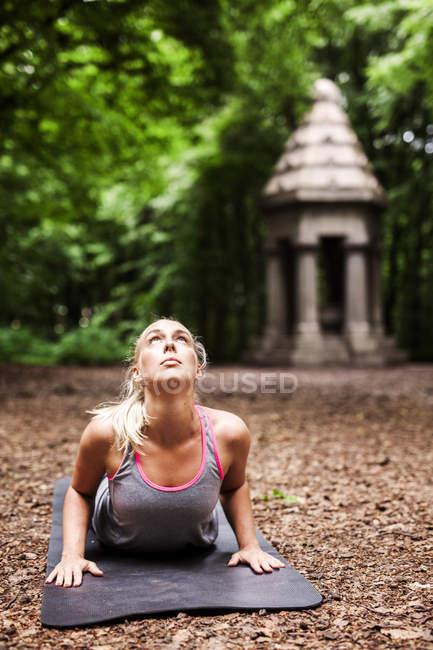 Женщина, практикующая йогу — стоковое фото
