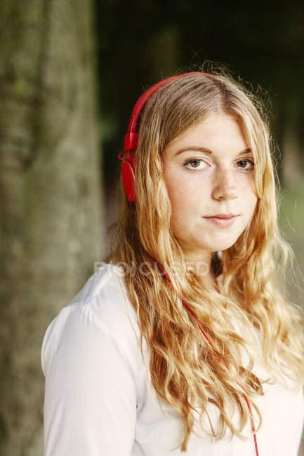 Jeune femme portant un casque — Photo de stock