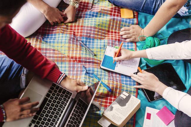 Studienfreunde lernen im Freien — Stockfoto