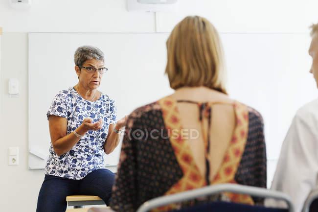Вчитель пояснення студентів у класі — стокове фото