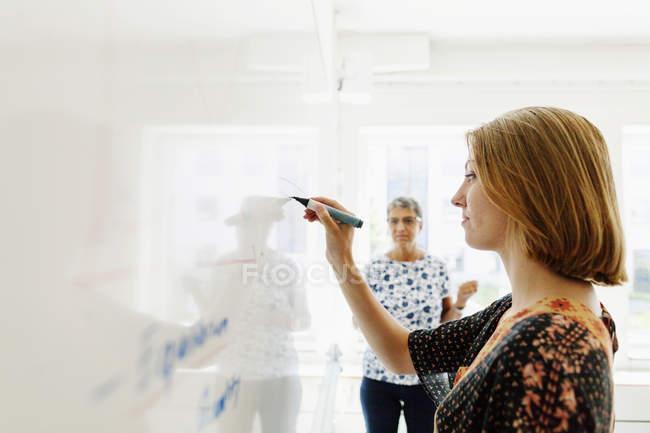 Дивитися студент вчитель написання — стокове фото