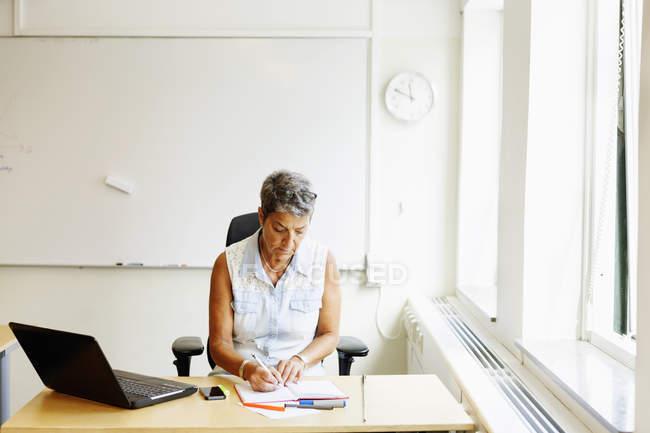 Зрілі жінки професор написання книги — стокове фото