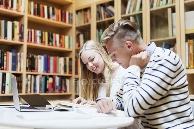 Étudiants d'Université étudient en bibliothèque — Photo de stock