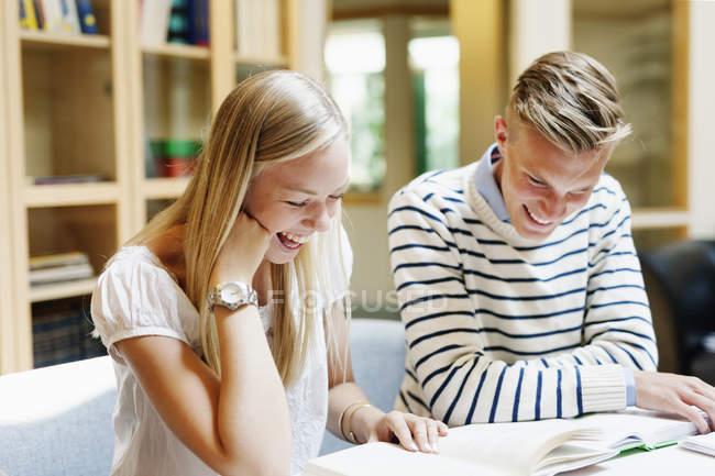 Estudiantes universitarios estudiando en la biblioteca - foto de stock