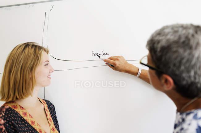 Учитель пояснити матеріал, студент — стокове фото