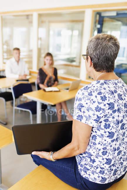 Учитель объясняет учащимся в классе — стоковое фото