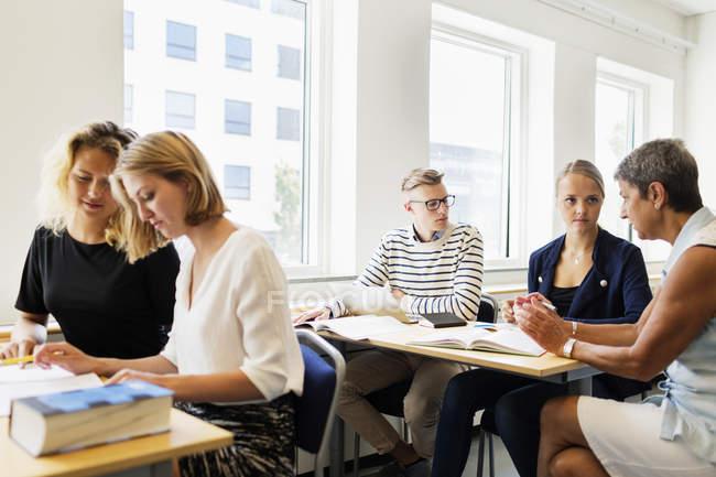 Giovani studenti che studiano in classe — Foto stock
