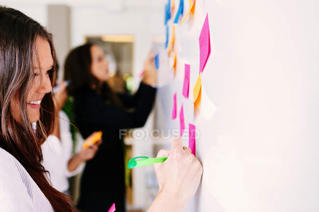 Business colleagues brainstorming — Stock Photo
