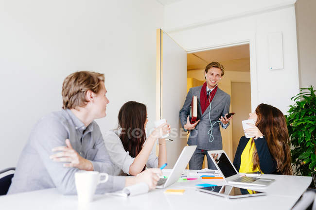 Businessman coming to business meeting — Stock Photo