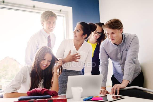 Geschäftsleute diskutieren über Laptop — Stockfoto