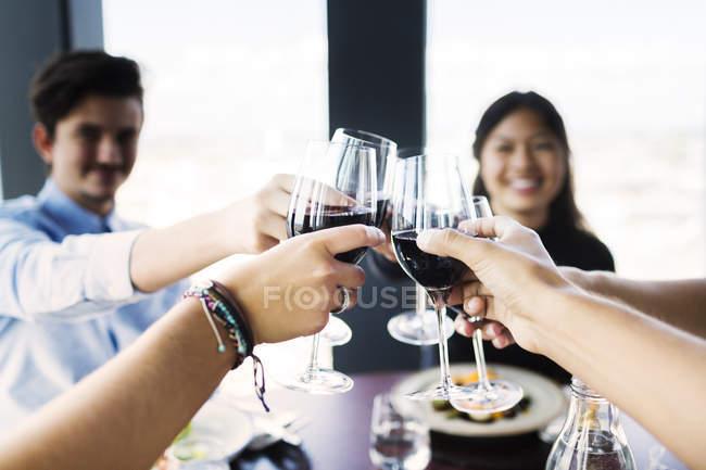 Друзья пьют красное вино — стоковое фото
