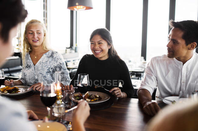 Amigos comiendo en el restaurante - foto de stock