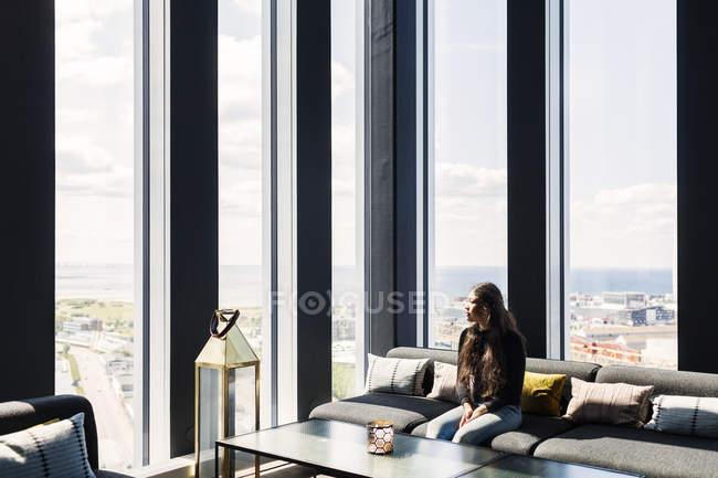 Жінка, сидячи на дивані у ресторані — стокове фото