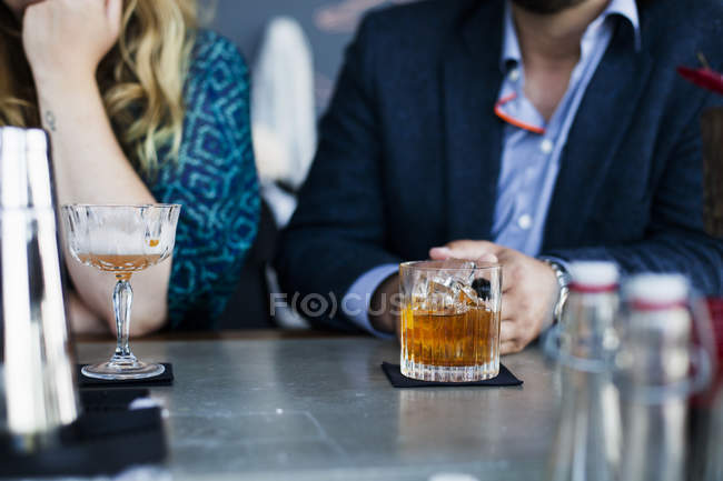 Business people having drinks at bar — Stock Photo