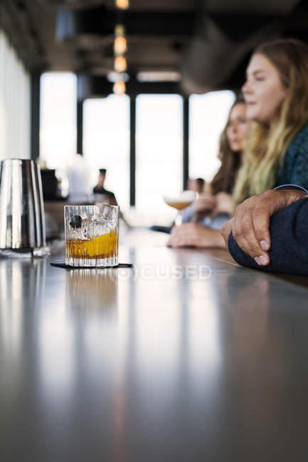 Bicchiere di whisky serviti al bar — Foto stock