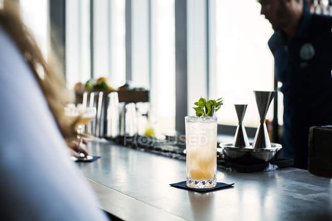 Glas cocktail am Zähler — Stockfoto