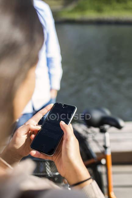 Giovane donna utilizzando smartphone — Foto stock