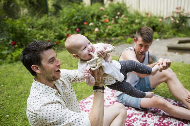 Gay coppia giocare con bambino ragazza — Foto stock