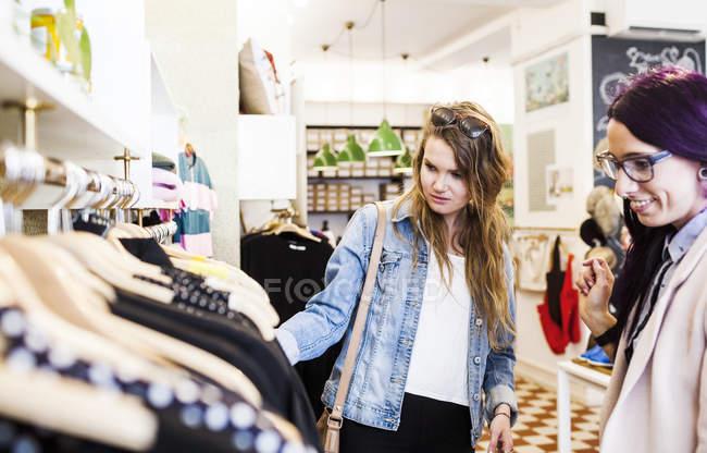 Жінки покупки в бутік. — стокове фото