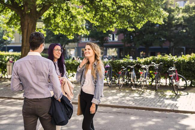 Amigos passar tempo ao ar livre — Fotografia de Stock