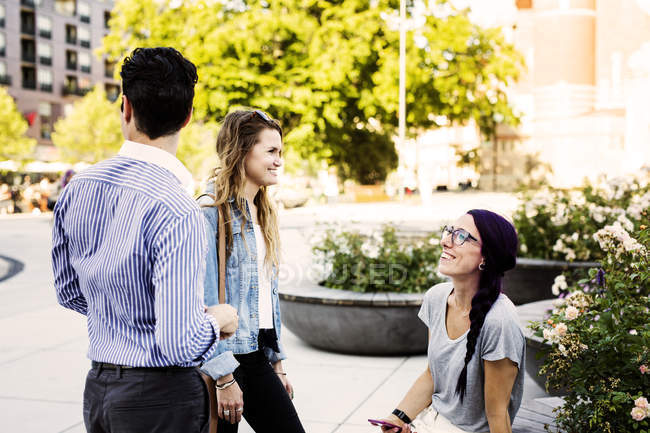 Friends spending time outdoors — Stock Photo