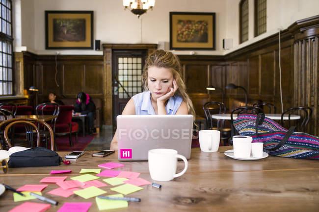 Молодые фрилансер, используя ноутбук — стоковое фото