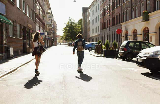 Вид сзади на скейтбординг на улице — стоковое фото