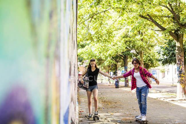 Ragazze adolescenti skateboard da muro — Foto stock