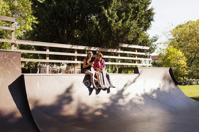 Adolescenti che si siedono sulla rampa — Foto stock