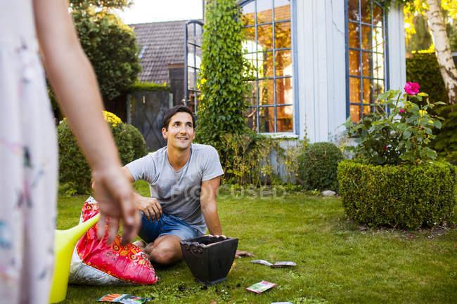 Man gardening in backyard with daughter — Stock Photo