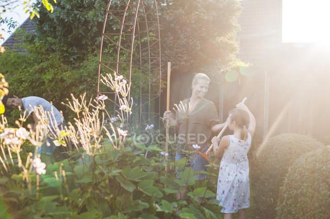 Щаслива сім'я садівництва разом — стокове фото